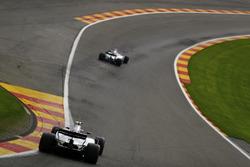 Lance Stroll, Williams FW40, Felipe Massa, Williams FW40, in Eau Rouge