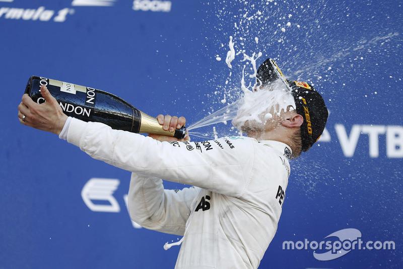 Валттери Боттас радуется на подиуме Гран При России первой победе в карьере в Формуле 1