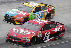 Clint Bowyer, Stewart-Haas Racing, Ford; Kyle Busch, Joe Gibbs Racing, Toyota