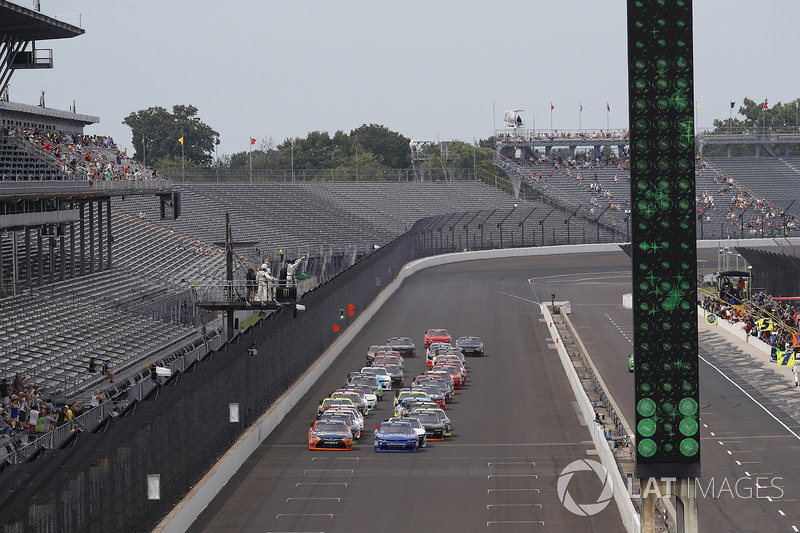 Kyle Busch, Joe Gibbs Racing Toyota Elliott Sadler, JR Motorsports Chevrolet start