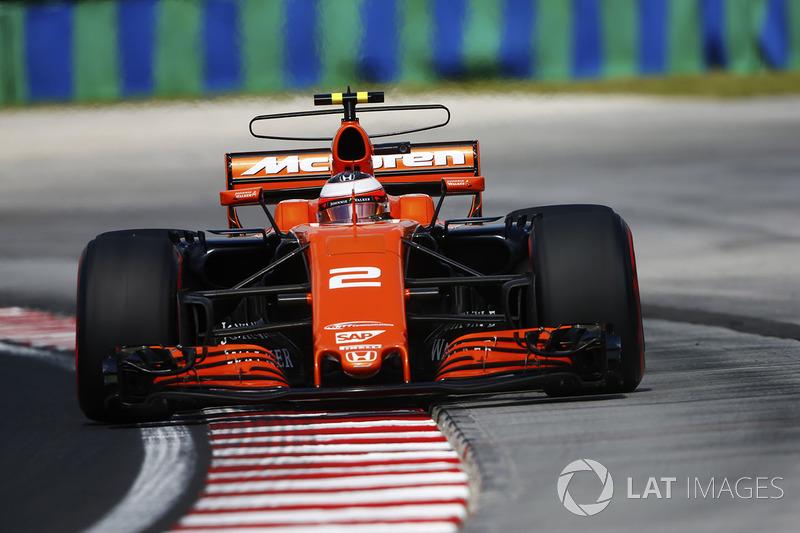 Stoffel Vandoorne, McLaren MCL32, runs wide