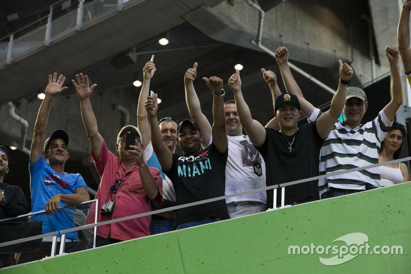 Fans ven la acción