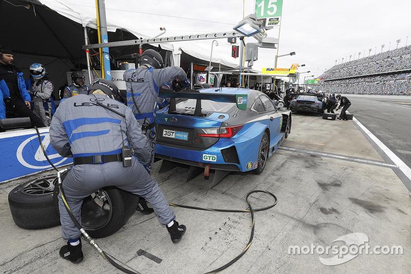 #15 3GT Racing Lexus RCF GT3: Dominik Farnbacher, Robert Alon, Jack Hawksworth, Austin Cindric, acción en pits