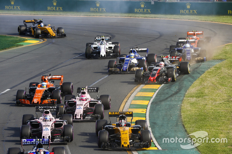 Nico Hulkenberg, Renault Sport F1 Team RS17, Sergio Pérez, Force India VJM10, Esteban Ocon, Force India VJM10, and Fernando Alonso, McLaren MCL32, as Kevin Magnussen, Haas F1 Team VF-17, y Marcus Ericsson, Sauber C36