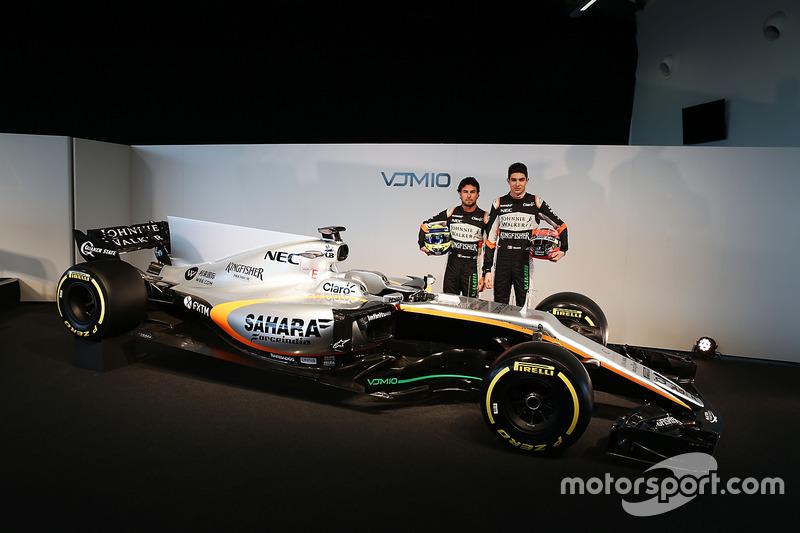 Sergio Perez en Esteban Ocon poseren bij de VJM10