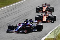 Carlos Sainz Jr., Scuderia Toro Rosso STR12, Stoffel Vandoorne, McLaren MCL32, Fernando Alonso, McLaren MCL32