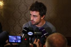 Fernando Alonso habla con los medios sobre la carrera en 2017 de las 500 millas de Indianápolis en un coche de Andretti Autosport McLaren Honda