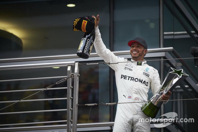 Podium: Sieger Lewis Hamilton, Mercedes AMG, mit seinem Pokal und Champagne
