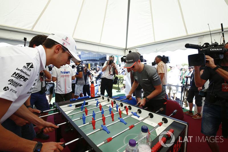 Esteban Ocon, Force India, Stoffel Vandoorne, McLaren, jugar al futbolín