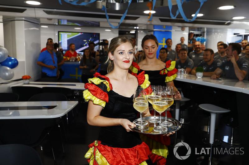 Mujeres vestidas como bailarinas de Flamenco,para el pastel en su cumpleaños para Fernando Alonso, McLaren,