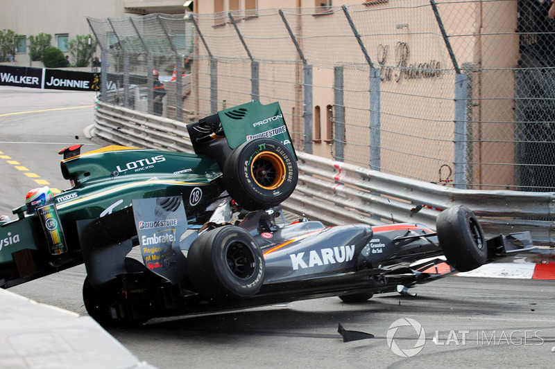Karun Chandhok, Hispania Racing F1 Team HRTF1 and Jarno Trulli, Lotus T127 crash