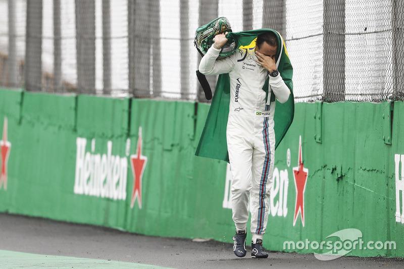 Felipe Massa, Williams, camina con la bandera brasileña
