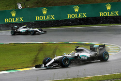 Льюїс Хемілтон, Mercedes AMG F1 W07 Hybrid випереджає свого товариша по команді Ніко Росберг, Merced