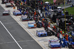 Elliott Sadler, JR Motorsports Chevrolet and the rest of the field make pit stops