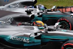 Il poleman Lewis Hamilton, Mercedes-Benz F1 W08 e Valtteri Bottas, Mercedes-Benz F1 W08 festeggia nel parco chiuso