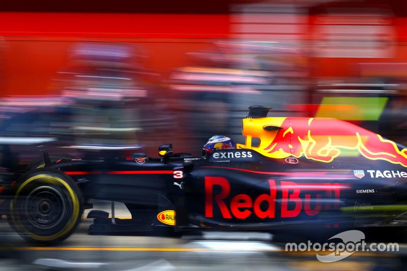 Daniel Ricciardo, Red Bull Racing during pitstop