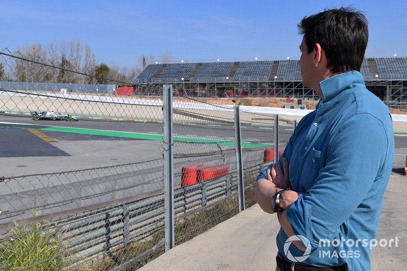 Toto Wolff, Direttore del Motorport Mercedes AMG F1, osserva Lewis Hamilton, Mercedes-AMG F1 W10