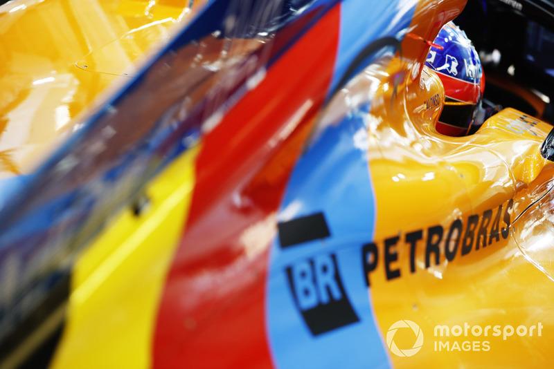 Fernando Alonso, McLaren MCL33, dans le garage