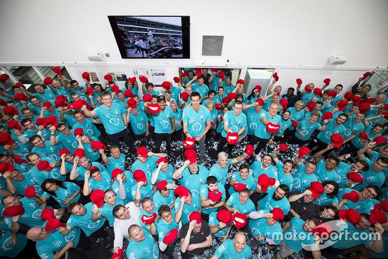 Mercedes rend hommage à Niki Lauda avec des casquettes rouges