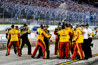 Joey Logano, Team Penske, Ford Fusion Shell Pennzoil team celebrates