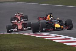 Даниэль Риккардо, Red Bull Racing RB13, Себастьян Феттель, Ferrari SF70H, и Кими Райкконен, Ferrari SF70H