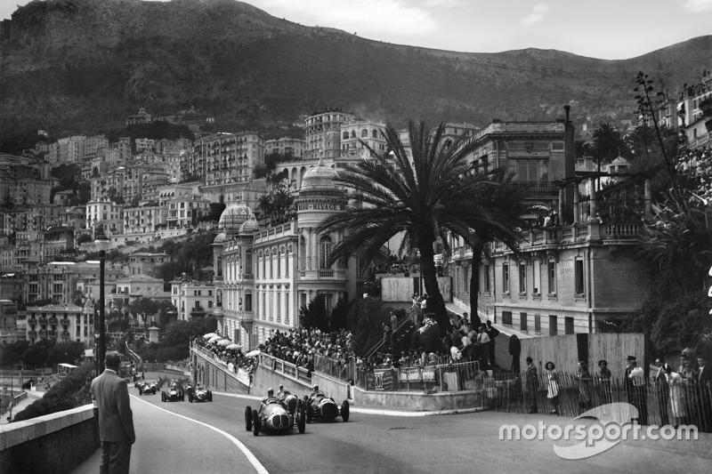 Jose Froilan Gonzalez, Maserati 4CLT/48 and Luigi Villoresi, Ferrari 125 at the start