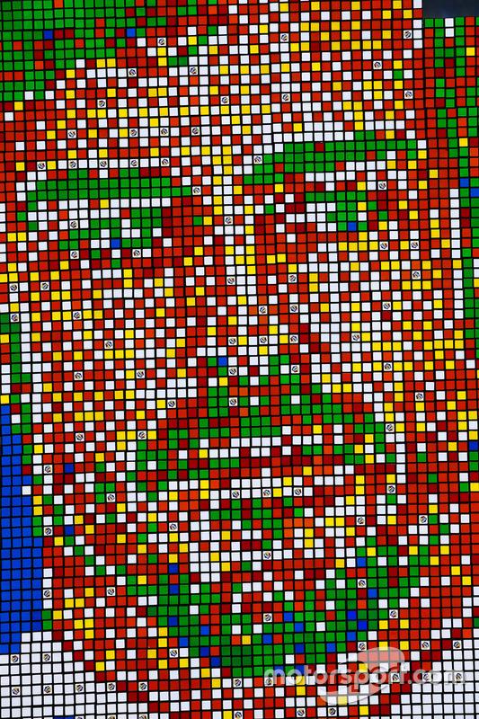 Собранный из частей кубика Рубика портрет Фернандо Алонсо
