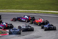 Carlos Sainz Jr., Scuderia Toro Rosso STR12, Pierre Gasly, Scuderia Toro Rosso STR12, Sebastian Vettel, Ferrari SF70H, Romain Grosjean, Haas F1 Team VF-17, Marcus Ericsson, Sauber C36, Pascal Wehrlein, Sauber C36, at the start