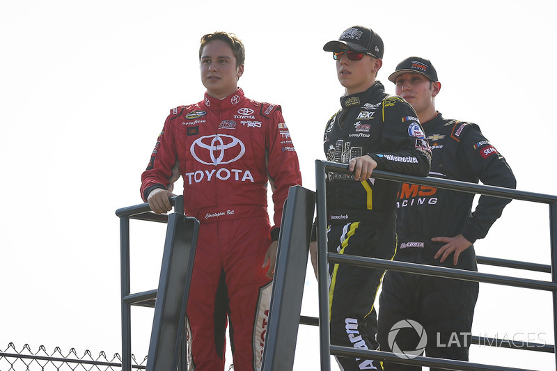 Christopher Bell, Kyle Busch Motorsports Toyota, John Hunter Nemechek, SWM-NEMCO Motorsports Chevrolet, y Kaz Grala, GMS Racing Chevrolet