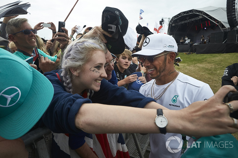 Ganador de la carrera Lewis Hamilton, Mercedes AMG F1, cumple con los aficionados después de la carr