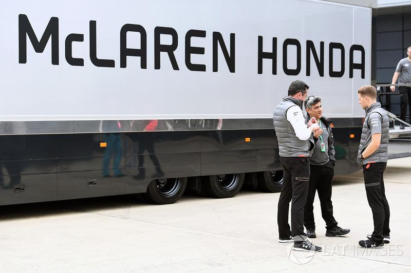 Eric Boullier, Director de carreras de McLaren y Stoffel Vandoorne, McLaren