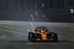 Stoffel Vandoorne, McLaren MCL32, kıvılcım saçıyor
