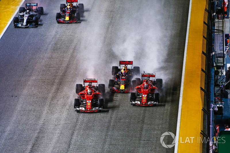 Sebastian Vettel, Ferrari SF70H, Max Verstappen, Red Bull Racing RB13, Kimi Raikkonen, Ferrari SF70H, chocan al inicio de la carrera del año pasado.