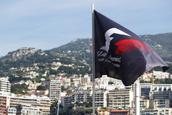 Le drapeau de la Formule 1 flotte au-dessus du Port