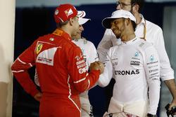 Ganador de la pole Valtteri Bottas, Mercedes AMG, segundo lugar de Lewis Hamilton, Mercedes AMG, tercer lugar Sebastian Vettel, Ferrari