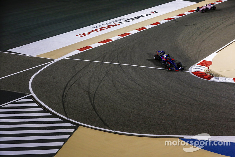 Carlos Sainz Jr., Scuderia Toro Rosso STR12, Sergio Perez, Force India VJM10