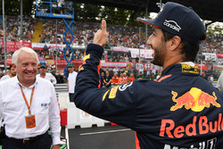 Daniel Ricciardo, Red Bull Racing and Charlie Whiting, FIA Delegate