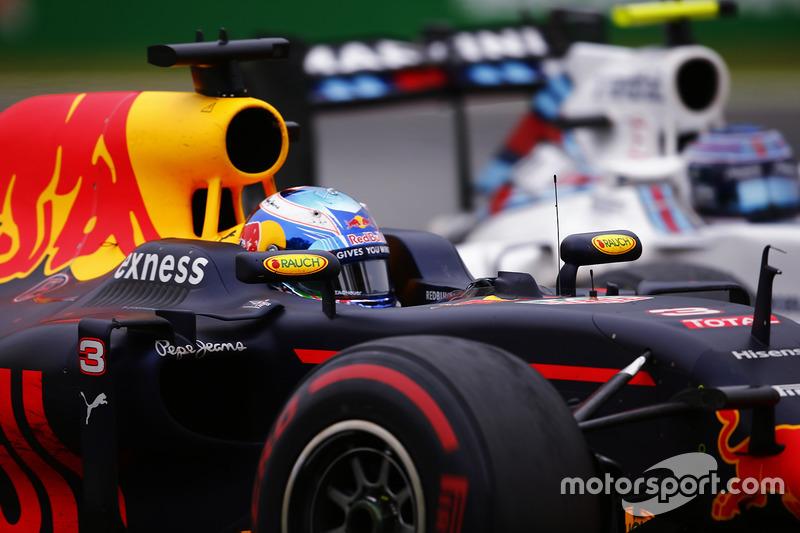 Daniel Ricciardo, Red Bull Racing RB12 y Valtteri Bottas, Williams FW38