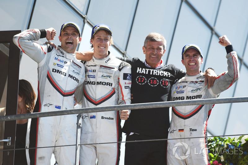I vincitori assoluti #2 Porsche Team Porsche 919 Hybrid: Timo Bernhard, Earl Bamber, Brendon Hartley, team manager Fritz Enzinger, Head of Porsche LMP1