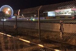 Nicolas LaPierre regresa a los pits caminando, #9 Toyota