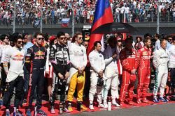 Pilotos durante el Himno nacional