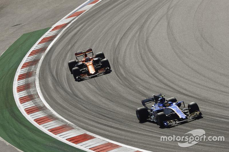Pascal Wehrlein, Sauber C36-Ferrari, Stoffel Vandoorne, McLaren MCL32