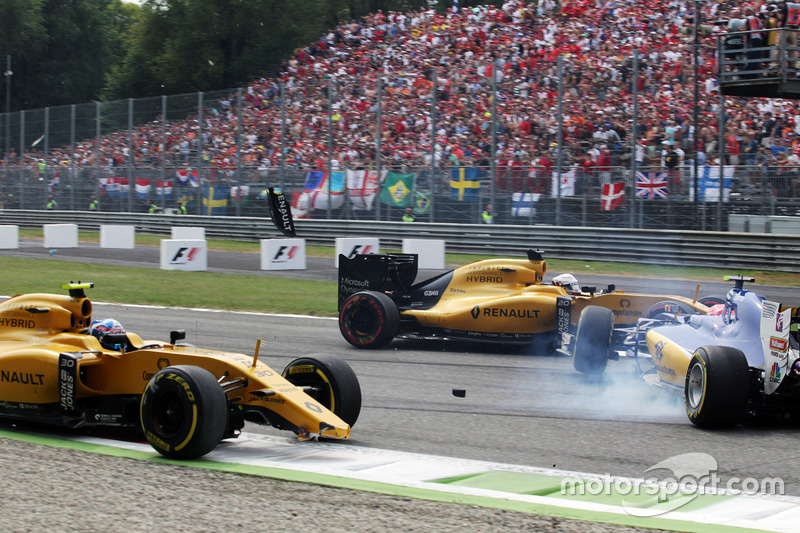 Crash involving Jolyon Palmer, Renault Sport F1 Team RS16, Felipe Nasr, Sauber C35, and Kevin Magnussen (DEN) Renault Sport F1 Team RS16