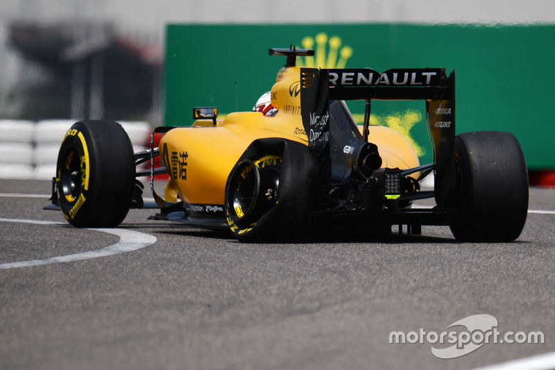 Kevin Magnussen, Renault Sport F1 Team RS16 mit Reifenschaden