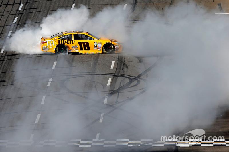 Kyle Busch, Joe Gibbs Racing Toyota ganador de la carrera