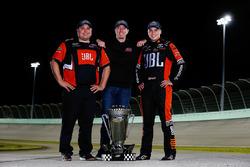 Campeón 2017 Christopher Bell, Kyle Busch Motorsports Toyota, jefe de equipo Ryan Fugle, dueño de eq