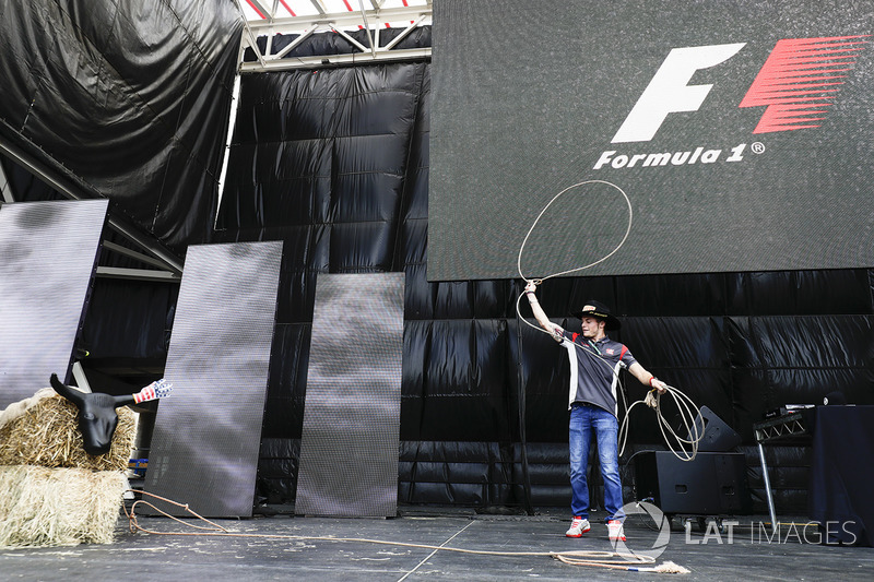 Santino Ferrucci, Haas F1 Team, prova a usare il Lasso sul palco