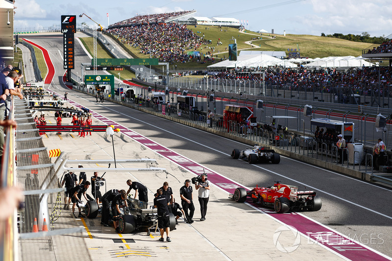 Valtteri Bottas, Mercedes AMG F1 W08, Sebastian Vettel, Ferrari SF70H, Felipe Massa, Williams FW40, ai box
