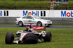 Kimi Raikkonen, McLaren Mercedes MP4/21 opgave