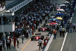 De Ferrari F186's van Michele Alboreto en Stefan Johansson, in de pitstraat